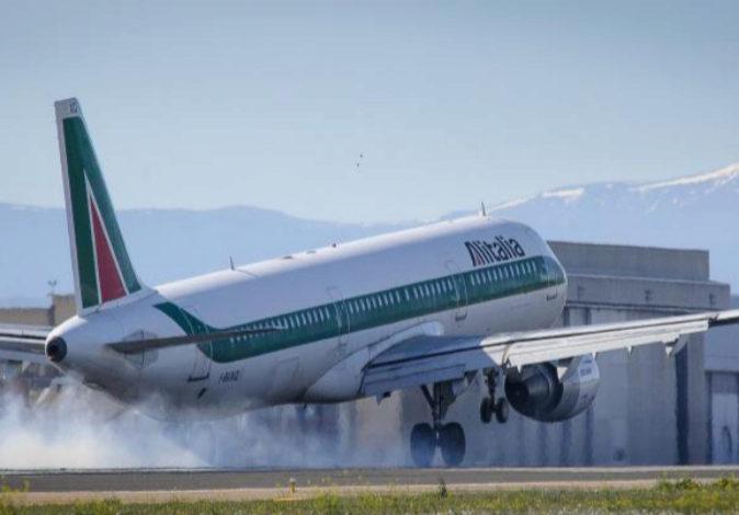 Un avión de Alitalia despegando del aeropuerto de Barajas, en una...