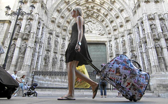Una turista pasa ante la Puerta de la Asunción de la Catedral de...