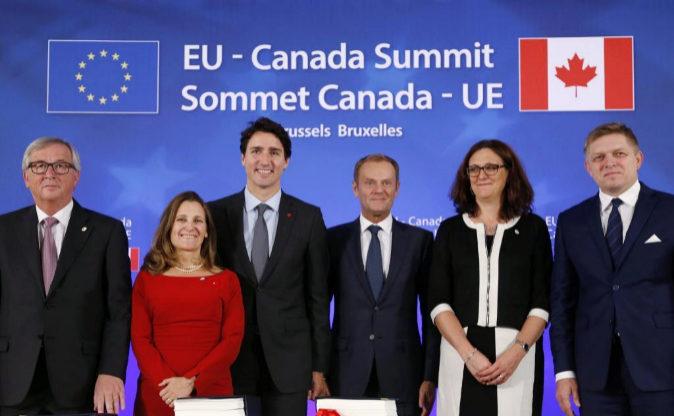 De izquierda a derecha, el presidente de la CE Jean-Claude Juncker; la...