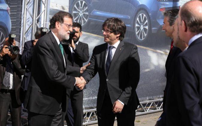 Mariano Rajoy y Carles Puigdemont en el Salón Automobile de...