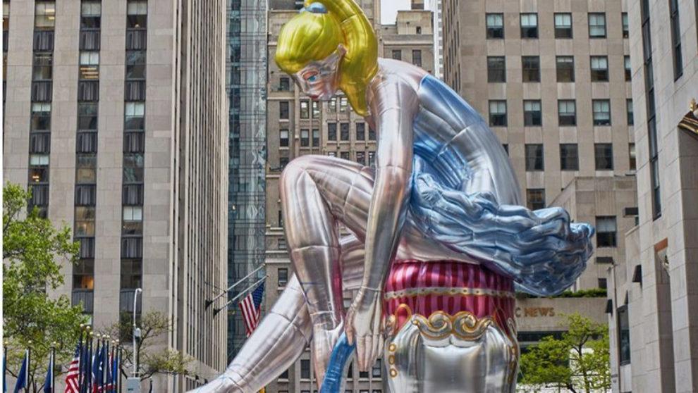 La bailarina sentada de Jeff Koons ante la sede del Rockefeller Center...