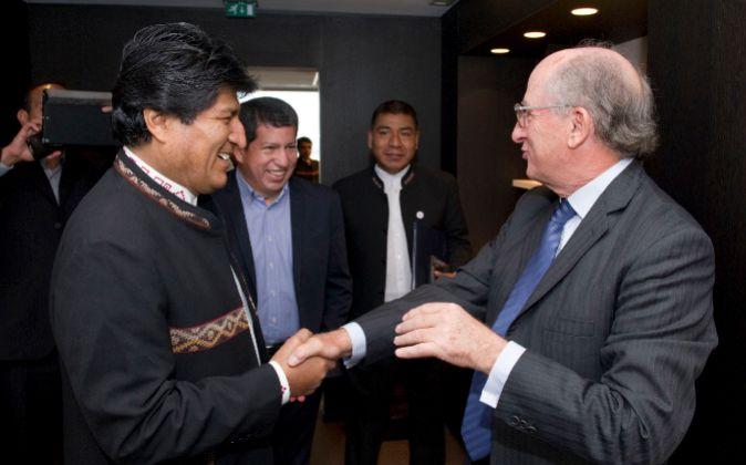 Evo Morales y Antonio Brufau se saludan en Bruselas