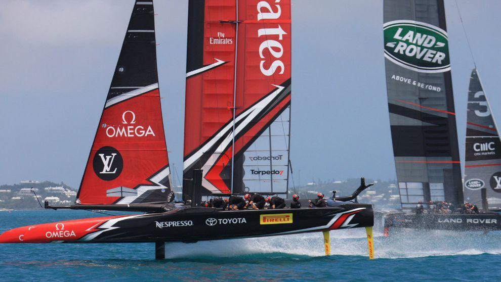 La tripulación del Emirates Team New Zealand compitiendo este jueves...
