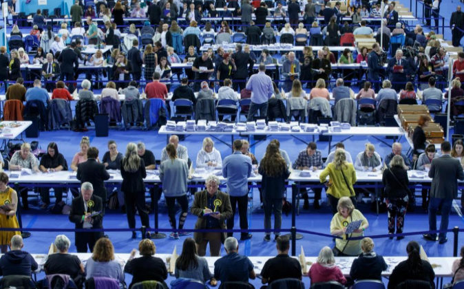 Oficiales electorales cuentan votos en el Emirates Arena, en Glasgow,...