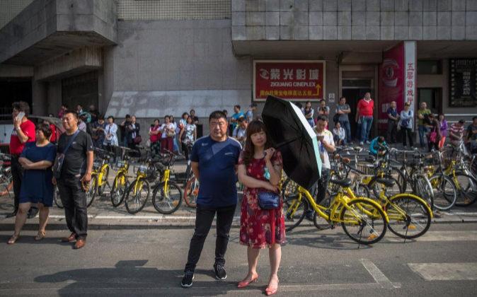 Padres esperan a sus hijos el pasado 7 de junio en Pekín durante el...
