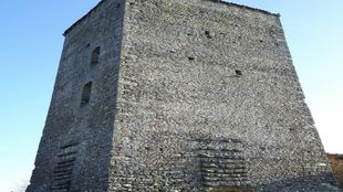 Torre de seis plantas del siglo XII, situado en las inmediaciones de...
