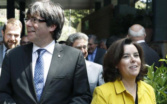 La vicepresidenta del Gobierno, Soraya Sáenz de Santamaría (d), y el...