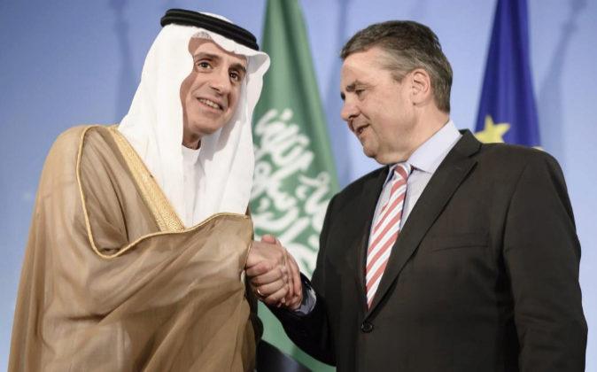 El ministro de Asuntos Exteriores saudí, Adel al Jubeir, y su...