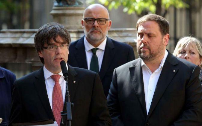 El presidente de la Generalitat Carles Puigdemont (i).