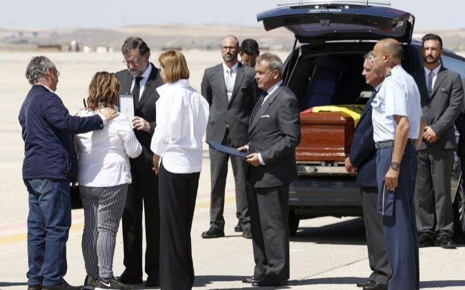 El presidente del Gobierno, Mariano Rajoy (3i), entrega a la familia...