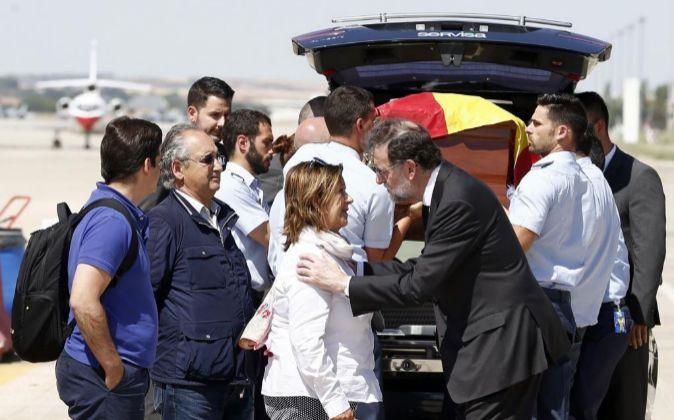 El presidente del Gobierno, Mariano Rajoy (d), saluda a la familia de...