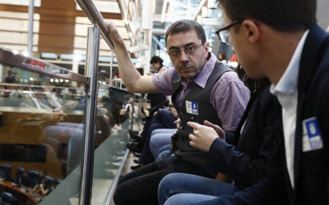 Juan Carlos Monedero (i), conversa con el secretario de Análisis...