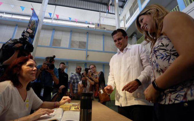 El gobernador puertorriqueño, Ricardo Rosselló (c), y su esposa,...