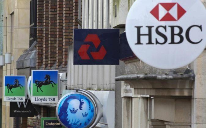 Vista del logo de HSBC en una sucursal.