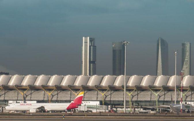 Avión en la pista de despegue de Barajas.