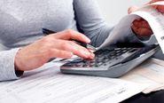 Un hombre con una calculadora hace la Declaración de la Renta.