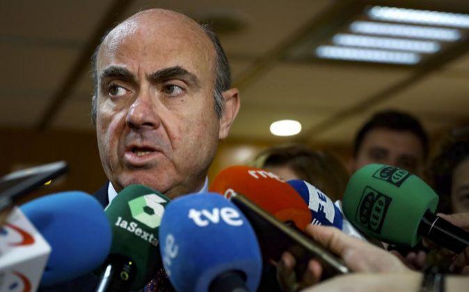 El ministro de Economía, Luis de Guindos, en declaraciones a los...