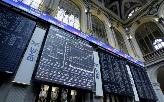 Panel informativo de la Bolsa de Madrid que muestra la evolución del...