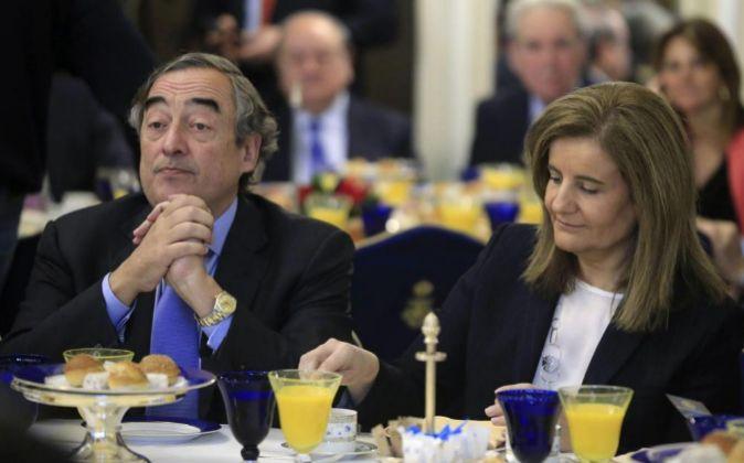 El presidente de la CEOE, Joan Rossell y la ministra de Empleo,...