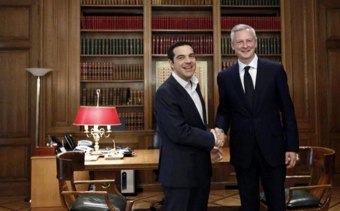 El ministro galo de Finanzas, Bruno Le Maire (d), se reúne con el primer ministro griego, Alexis Tsipras (i), en Atenas (Grecia) hoy.