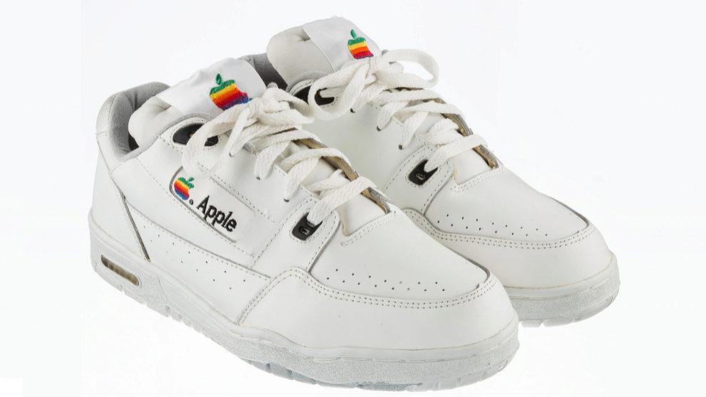 Las zapatillas de Apple son una talla 9 (un 43 europeo), de piel...
