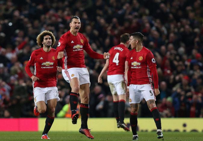 Jugadores del Manchester United celebran un gol en una imagen de...