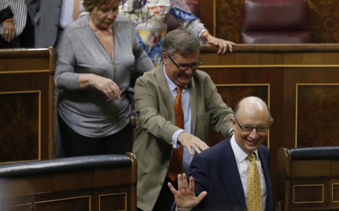 El ministro de Hacienda, Cristóbal Montoro, sale del hemiciclo del...