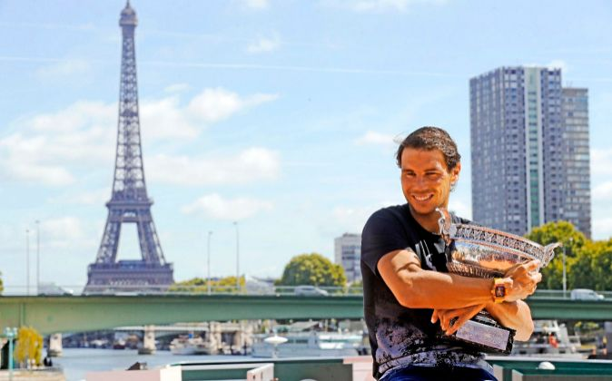 Rafael Nadal, ayer en París, con su décimo trofeo de Roland Garros,...