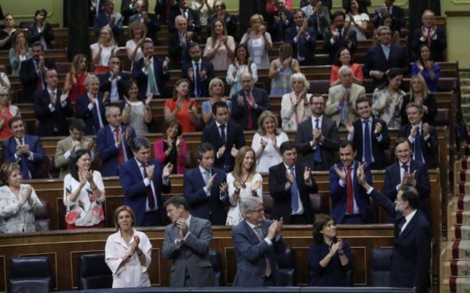 El presidente del Gobierno, Mariano Rajoy recibe el aplauso de su...