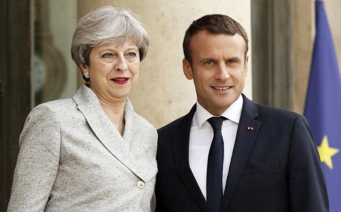 Theresa May junto a Emmanuel Macron.