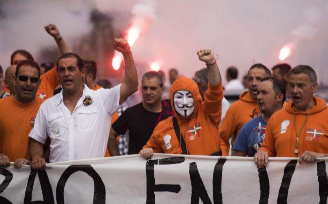 Los estibadores del Puerto de Bilbao se han unido hoy a la huelga de...