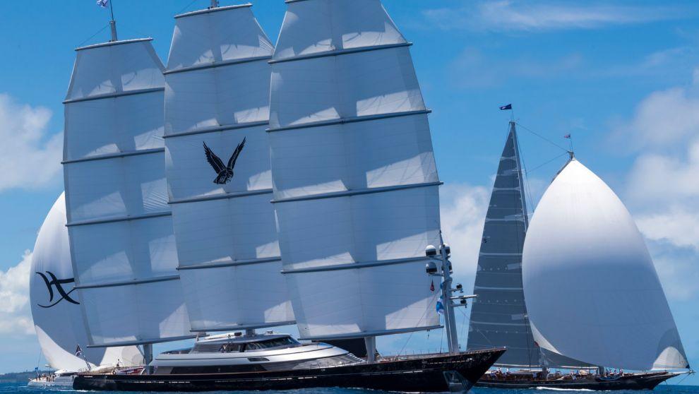 El Maltese_Falcon navega junto al Meteor e Hyperion.