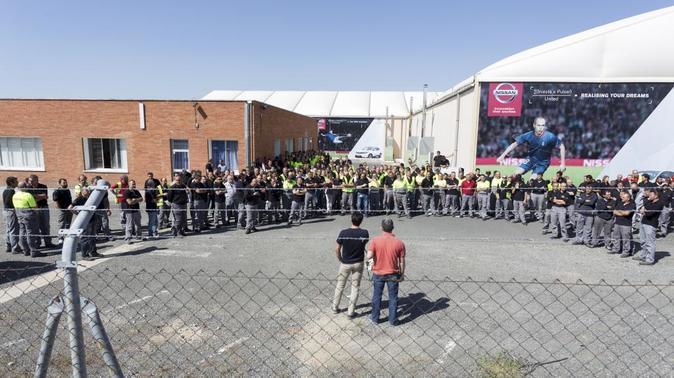 Los trabajadores de Nissan ayer, a las puertas de la fábrica de...