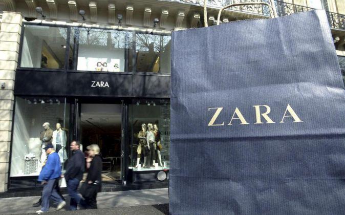 Imagen de una bolsa de Zara delante de una tienda en París