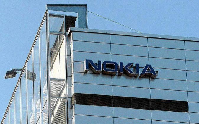 Fotografía de archivo del logo de Nokia en la sede central de la...