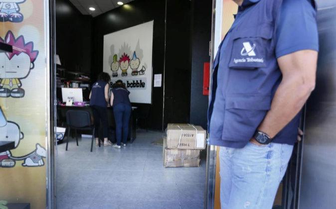 Agentes de la Agencia Tributaria el pasado 8 de junio en la puerta de...