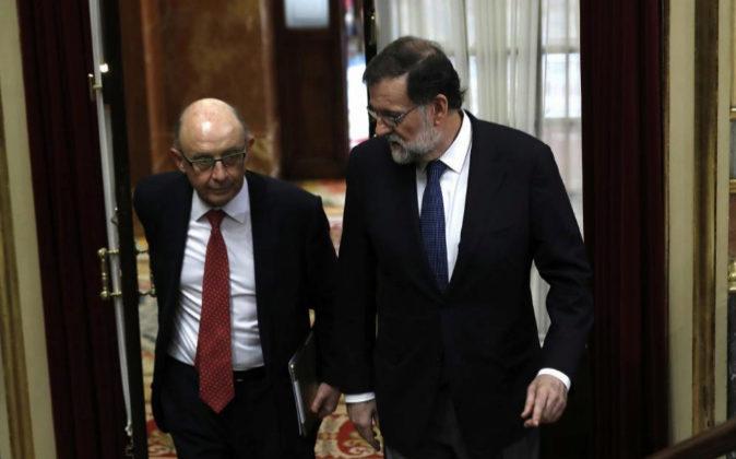 El presidente del Gobierno, Mariano Rajoy, con el ministro de Hacienda...