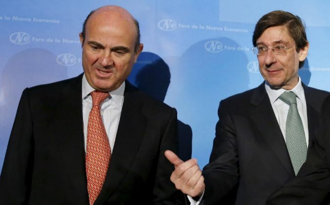 El ministro de Economía, Luis de Guindos (i) y el presidente de...