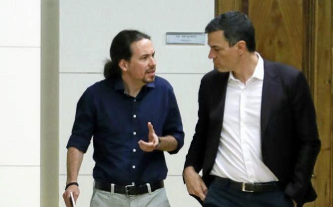 Los líderes del PSOE, Pedro Sánchez (d), y de Podemos, Pablo...