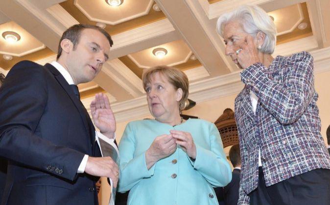 El presidente galo, Emmanuel Macron; la cancillera alemana, Angela...