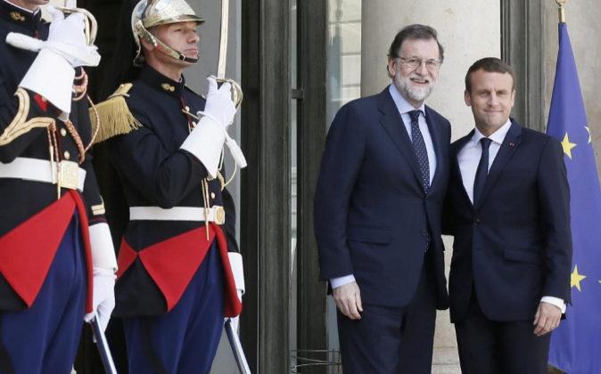 El presidente francés, Emmanuel Macron, da hoy la bienvenida al jefe...