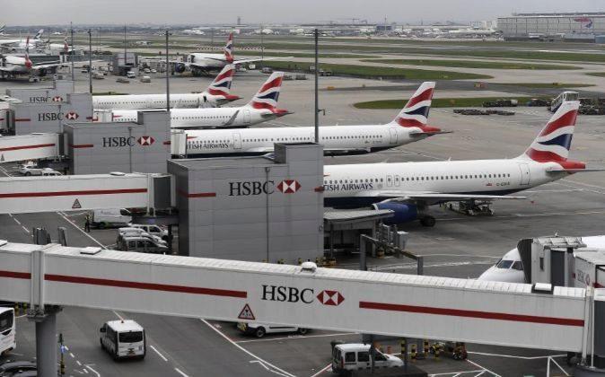 Varios aviones de la compañía británica British Airways permanecen...