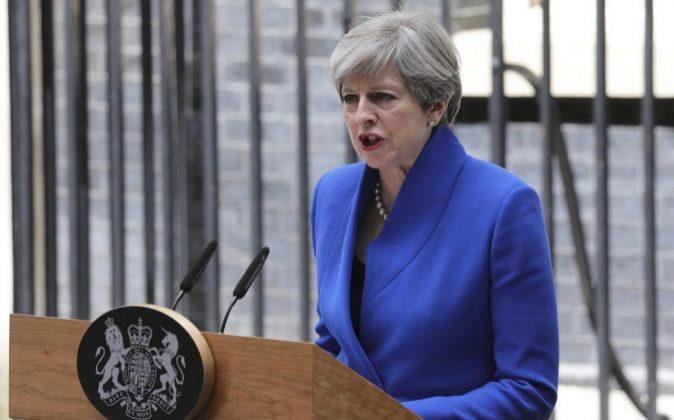 La primera ministra británica, Theresa May, ofrece una rueda de...