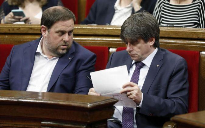 El presidente de la Generalitat, Carles Puigdemont, y su...