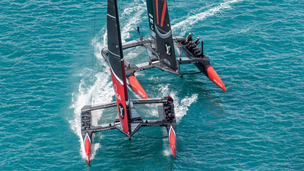 Emirates Team New Zealand y Oracle Team USA, este sábado en aguas de...