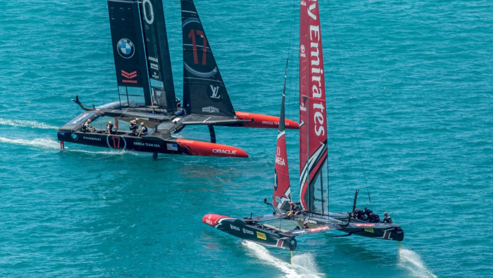 Team New Zealand y Oracle Team USA se cruzan este domingo en el campo...