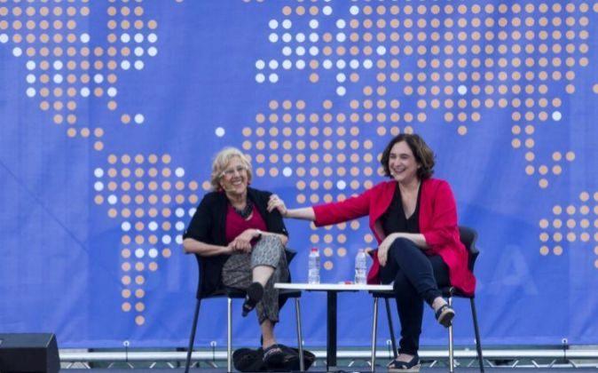 Las alcaldesas de Barcelona y Madrid, Ada Colau (d) y Manuela Carmena...