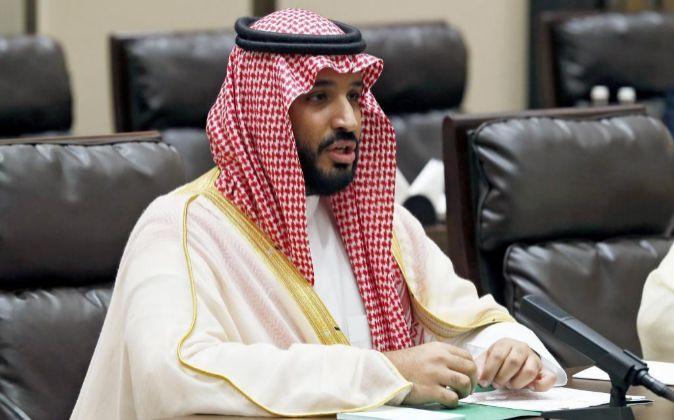 Foto de archivo del príncipe Mohamed Ibn Salman mientras mantiene una...