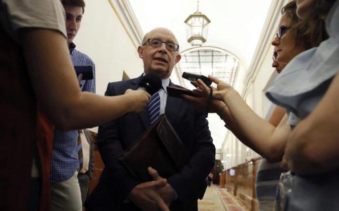El ministro de Hacienda, Cristóbal Montoro, conversa hoy con los...
