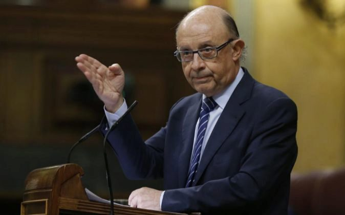 El ministro de Hacienda, Cristóbal Montoro, durante su intervención...